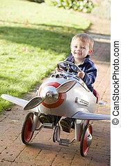 menino, jovem, ao ar livre, sorrindo, avião jogando