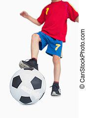 menino jovem, com, pé, ligado, bola futebol