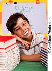 menino jovem, com, pilha livros