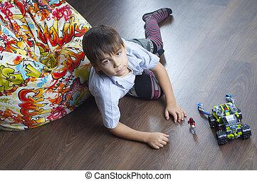 menino jovem, com, um, brinquedo