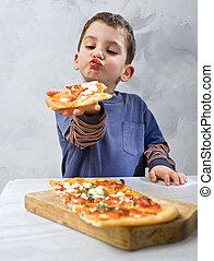 menino jovem, comendo pizza
