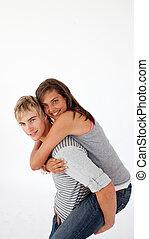 menino jovem, dar, seu, namorada, carona piggyback