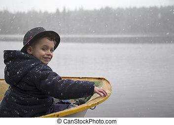 menino jovem, em, um, bote, ligado, nevado, day.