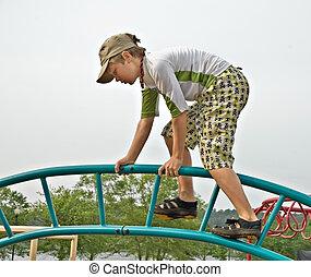 menino jovem, escalar dentro, parque