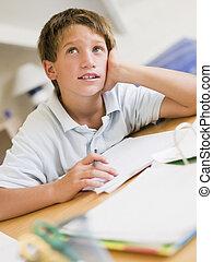 menino jovem, fazendo, dever casa, em, seu, sala