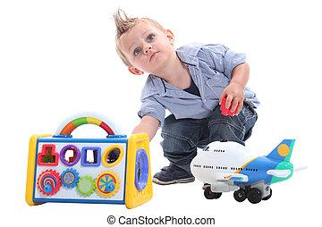 menino jovem, jogar brinquedos, em, um, estúdio