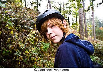 menino jovem, ligado, excursão, com, a, bicicleta, sendo, feliz, e, próprio, confiante