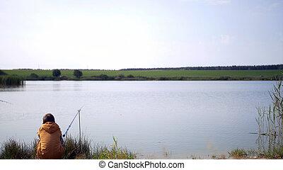 menino jovem, pesca, em, a, lagoa, divirta