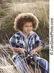 menino jovem, pesca, em, litoral