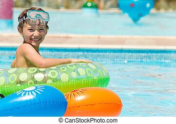 menino, jovem, piscina, feliz