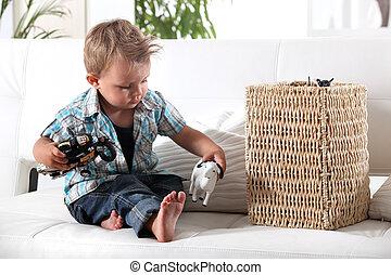 menino jovem, tocando, com, seu, brinquedos