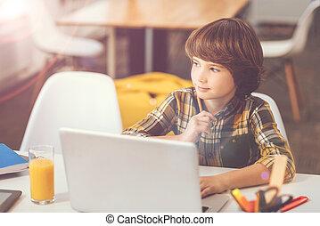 menino, laptop, agradável, pensativo, sentando