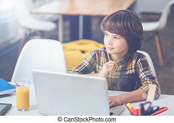 menino, laptop, sonhar, pensativo, sentando