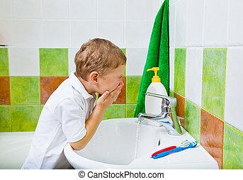 menino, lavagens, a, rosto