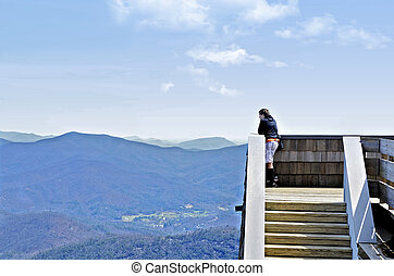 menino, ligado, torre, em, montanhas