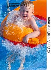 menino, ligado, um, inflável, círculo, água
