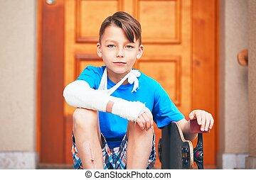menino, mão quebrada