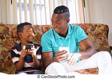 Menino, móvel, pai, telefone, lar, ensinando, tecnologia