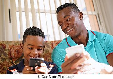 Menino, móvel, telefone, pretas, lar, ensinando, tecnologia, homem