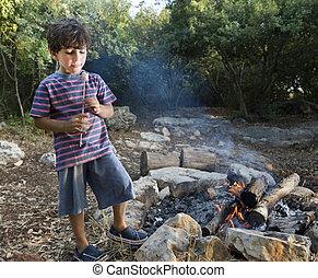 menino, marshmallow, campfire