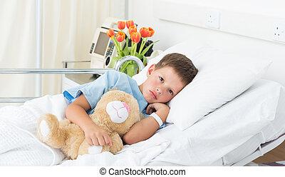 menino, mentindo, com, urso teddy, em, hospitalar