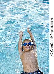 menino, natação, ligado, seu, costas, em, piscina