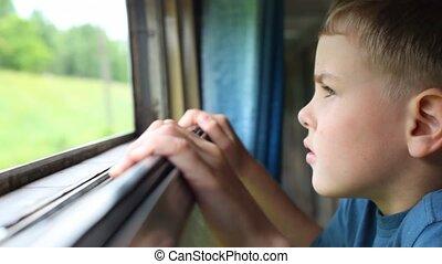 menino, natureza, olhar, carruagem, em movimento, estrada ...