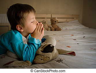 menino, orando, em, hora dormir