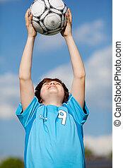 menino, pegando, bola futebol