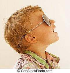menino, pequeno, óculos de sol, contra, fundo, branca