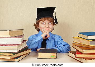 menino, pequeno, antigas, acadêmico, livros, sorrindo, chapéu