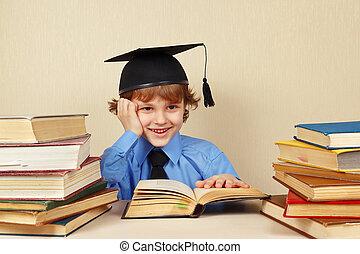 menino, pequeno, antigas, chapéu, acadêmico, livros, sorrindo, estudos
