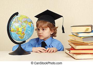 menino, pequeno, antigas, globo, acadêmico, livros, olha, chapéu