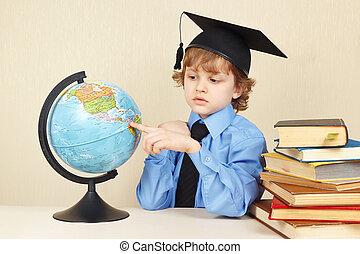 menino, pequeno, antigas, mostrando, acadêmico, livros, sério, chapéu, globo