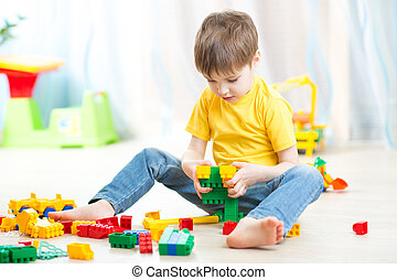 Menino, pequeno, cubos, tocando