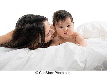 menino, pequeno, dela, jovem, cama, mãe, bebê, mentindo