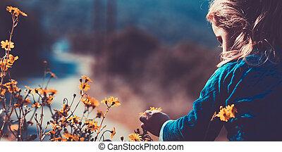 menino, pequeno, desfrutando, wildflowers