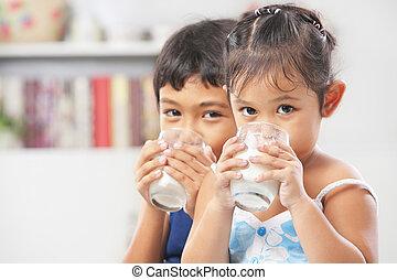 menino, pequeno, dois, leite, bebendo, menina