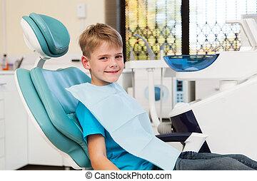 menino, pequeno, escritório dentista, sentando
