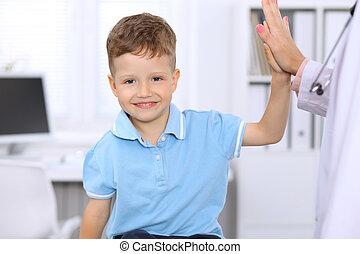 menino, pequeno, exame, escritório, dar, após, alto cinco, doutor, saúde, feliz