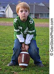 menino, pequeno, futebol, sentando