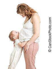 menino, pequeno, grávida, mãe, cima, abraçando, olhar, barriga
