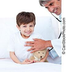 menino, pequeno, médico, assistindo, exame, sorrindo