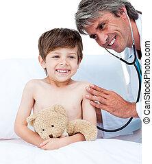 menino, pequeno, médico, assistindo, exame, adorável