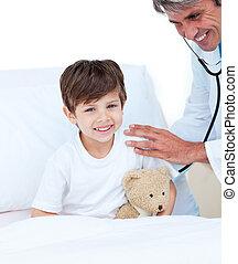 menino, pequeno, paciente, médico, assistindo, exame