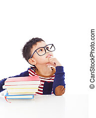 menino, pequeno, pensando, asiático, durante, dever casa, preparar