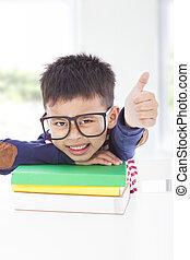 menino, pequeno, polegar cima, livros, mentindo