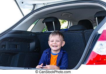 menino, pequeno, sentando, car, costas, rir
