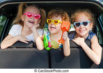 menino, pequeno, sentando, car, meninas, dois