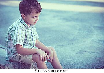 menino, pequeno, sentando, triste, rua, retrato